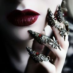 When You Want Gothic Jewelry, We Have The Tips You Need. Photo by shinycatcreations There is a lot more to owning gothic jewelry than being flashy and spending extravagant amounts of money. Dark Queen, Red Queen, Instagram Baddie, Bild Girls, Lizzie Hearts, Queen Aesthetic, Goth Aesthetic, Yennefer Of Vengerberg, Mode Glamour