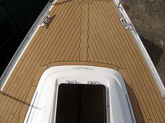 Synthetische Yacht Boote Bodenbelag  Bei Seven Trust Yacht  Decking wir sind stolz darauf, unseren Yacht Zimmerei Dienstleistungen zu bieten, die Ihnen den Atem rauben wird. Sie lieben Ihr Schiff, und wir wissen es, weshalb wir jeden unserer Yacht Exterieur und Interieur Projekte Nachbearbeiten so ...