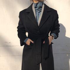 """sehyun on Instagram: """"메텔 퍼 코트, 마랑 폴라 티셔츠, 제니 울 머플러 누가누가 허리 얇나.....🧐 메텔 퍼 코트는 무게가 있는 편이고 허리 끈이 있어요! 겉감은 울이고 안감 전체 털이지여 ✨ 털빠짐은 거의 없고 겉감에 먼지는 조금 붙는편이에요 돌돌이 필수인거…"""" 60 Fashion, Vogue Fashion, Colorful Fashion, Korean Fashion, Winter Fashion, Vintage Fashion, Fashion Looks, Fashion Outfits, Womens Fashion"""