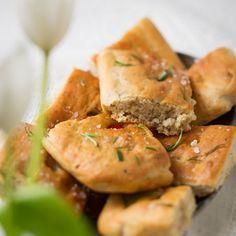 Focaccia on löytänyt tiensä Italiasta suomalaisiin ruokapöytiin. Oliiviöljyllä sivelty, rosmariinilla ja suolahiutaleilla maustettu peltileipä maistuu erityisen hyvältä keittojen kera. Fodmap, Cantaloupe, Shrimp, Healthy Recipes, Healthy Food, Tacos, Meat, Chicken, Fruit