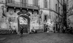 """A découvrir au 6ème Salon de Photographie """"Scènes de rue"""" sur www.myrankart.com  Coutumes Toscane by raymond carter"""
