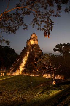 """TIKAL (Guatemala) Go CentroAmerica organizza viaggi tra i fantastici siti archeologici dei Maya. Potrai visitare queste emozionanti rovine grazie a Tour2000: """"Tradizioni del Guatemala"""", """"Guatemala, Natura e Archeologia"""", """"Esplorando il cuore del mondo maya"""", Cultura Precolombiana""""."""