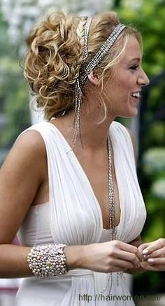 Love the greek style hair. Very pretty!