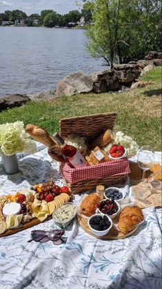 summer spring winter fall trendy picnic inspo friends cottagecore Picnic Date Food, Picnic Time, Picnic Foods, Summer Picnic, Picnic Mat, Comida Picnic, Think Food, Aesthetic Food, Food Cravings