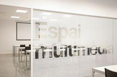 Proyecto de señalización para la Biblioteca Central de Castelldefels, Barcelona / PFP, disseny gràfic