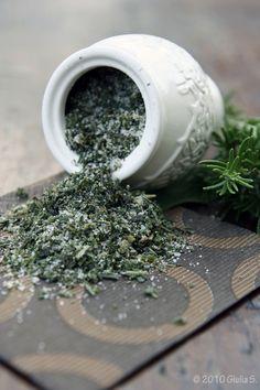 お好みのハーブのみじん切りと自然塩を混ぜるだけ。ドライでもフレッシュでもOK。塩はカラ炒りするか、電子レンジで湿気を飛ばし、冷ましてから使いましょう。