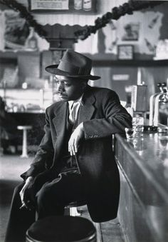 photo by gordon parks - fort scott kansas - 1950 Gordon Parks, Walker Evans, Harlem Renaissance, Photo D Art, Foto Art, Black White Photos, Black And White, Vintage Black Glamour, Environmental Portraits