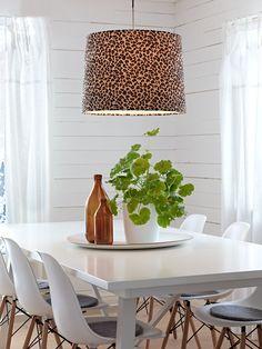 Vaaleaan ja maalaistyyliseen sisustukseen voi helposti yhdistää moderneja kuoseja. Markslöjdin Leopard-riippuvalaisin.