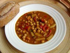 Cizrnový guláš 400g uvařené cizrny 1 litr vody (vývar z cizrny) 1 cibuli nebo jarní cibulku (kdo má rád cibuli, může dát klidně 2) 2 velké brambory 2 velké mrkve Můžete přidat i 2 pokrájená rajčata nebo lžíci protlaku, záleží na chuti. 2 červené papriky 3 stroužky česneku Na ochucení – přírodní bujón, sladkou papriku (2 lžíce) , majoránku, drcený kmín, Na zahuštění – 2 lžíce mouky Chana Masala, Lentils, Sugar Free, Crockpot, Recipies, Good Food, Food And Drink, Soup, Gluten Free