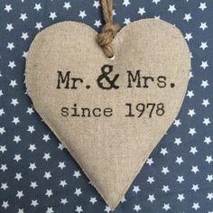 Een hart gemaakt van linnen met de tekst Mr. & Mrs, en de trouwdatum of since 'jaartal'Een heel persoonlijk en uniek cadeau en een mooie, blijvende herinnering.Afmetingen: 20 bij 15 cm.Vermeld bij opmerkingen de trouwdatum of het jaartal. Brievenbuspost