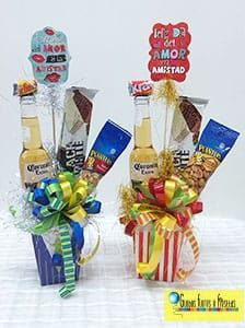 Globos, Flores y Fiestas Cute Gifts, Diy Gifts, Candy Arrangements, Little Presents, Chocolate Bouquet, Snacks Für Party, Candy Bouquet, Candy Gifts, Creative Gifts