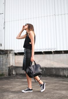 Converse, black leather skirt and a loose/casual top cute outfits модные об Fashion Moda, Look Fashion, High Fashion, Fashion Trends, Casual Chic, Casual Tops, Casual Fridays, Stockholm Street Style, The Blonde Salad