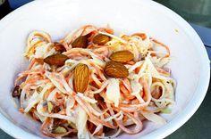 Kohlrabi-Möhren-Schnipsel-Salat.  So geht's:  Nüsse in einer Pfanne ohne Öl anrösten. Derweil Kohlrabi und Möhre in kleine Stifte schnibbeln. Knoblauchzehe auspressen und mit der Mayonnaise vermengen. Stifte und Mayonnaise vermengen. Nüsse hacken und dazu geben, mit Salz, Pfeffer und Zitrone abschmecken. http://www.24minutes.de/2016/06/05/kohlrabi-möhren-schnipsel-salat/