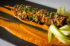 Espeto de atún rojo kabayaki, salsa romesco y aceite de ajo