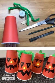 Was gehört ganz klassisch zu Halloween? Natürlich ein Kürbiskopf! Wir machen den dieses Jahr aus Pappbechern, die man super überall in der Wohnung als Halloween-Deko aufstellen kann. Die Bastelanleitung und noch mehr Halloween Ideen und Inspirationen findet ihr bei uns!  #halloween #halloweendeko #halloweendekobasteln #bastelnmitkindern #kürbisgeist Happy Halloween, Super, Table Lamp, Inspiration, German, Diy, Snacks, Holidays, Lineup