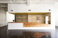 mix cheap laminate  nice plywood for reception desk ESTA ALGO PESADO EL PLAFON... PERO SI MUY PADRE LO DEMAS