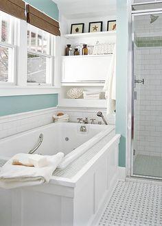 salle de bain décorée en bleu et blanc