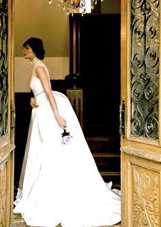 アーネラ クロージング(Anela Clothing) クラシカルな気品漂うバッスルスカートのドレス
