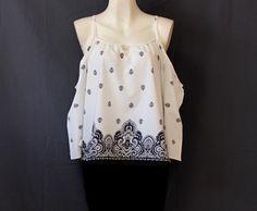 Moderna #blusa #blanca con #grecas y #escote en #brazos