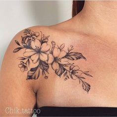 Rose Shoulder Tattoo for Women Front Shoulder Tattoos, Shoulder Tattoos For Women, Flower Tattoo Shoulder, Feminine Shoulder Tattoos, Bild Tattoos, Body Art Tattoos, Sleeve Tattoos, Key Tattoos, Tattoos Skull