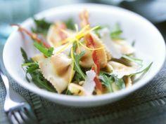 Salat mit bunten Nudeln, Rucola und Speck   http://eatsmarter.de/rezepte/salat-mit-bunten-nudeln-rucola-und-speck