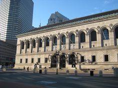 El edificio de la Biblioteca Publica de Boston, diseñado por la firma de arquitectos McKim, Meade & White, define el extremo oeste de la plaza publica Copley Square, en el vecindario de Back Bay