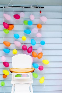 Birthday Party Photography Tips - Plus a super simple balloon backdrop for the cake smash! Click through for the easy tutorial!