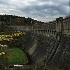 Tja und dann kommt man da einfach so an einer imposanten Talsperre vorbei. #Ennepetal hat davon gleich 4 .. glaube ich. Das hier ist die Hasper Talsperre mit 2 Millionen cbm Wasser, die allerdings noch auf dem Hagener Stadtgebiet liegt. Das versteh` mal einer.   ---  #StuartNicol #Route53 #tour #ruhrgebiet #KunstBlogger #stausee #talsperre #natur #kunst #gebäude #architecture #nature #see #water #landscape