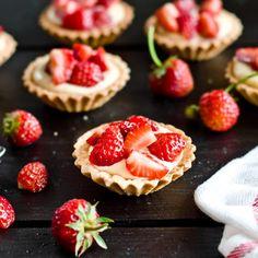 Kruche babeczki z domowym budyniem i truskawkami | Cookuj.pl Cheesecake, Recipes, Film, Mesas, Movie, Film Stock, Cheesecakes, Recipies, Cinema