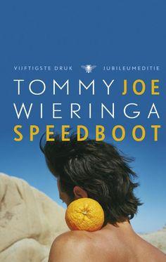 joe speedboot - Tommy Wieringa - Joe Speedboot is een roman over liefde en rivaliteit, over een verlosser zonder belofte en een hero?sche odyssee. Het toont het lot van nieuwkomers in een Nederlands dorp, waar de last van het onverwerkte verleden op de inwoners drukt. De tragikomische maalstroom van gebeurtenissen geeft het ingeslapen dorp een onverwachte dynamiek waar het niet meer van zal herstellen.