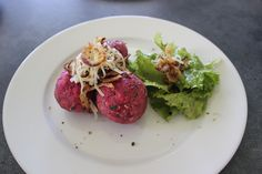 Rote Knödel - Rote Bete, Rote Rüben, Randig...  www.gesunde-erbsen.com/rote-knoedel/ Healthy Food, Healthy Recipes, Beef, Traditional Chinese Medicine, Beetroot, Food And Drinks, Recipies, Healthy Foods, Meat