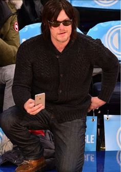 Reedus on his knee oh my getting a better shot of the #NYKnicks game 12/2/14