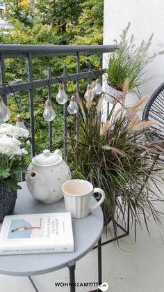 Wenn die Sommerblumen verblüht sind und die Tage kürzer werden, ist es höchste Zeit, Deinen Herbstbalkon zu gestalten. Wir geben Dir hilfreiche Tipps, welche Pflanzen sich dafür eignen und wie es auf Deinem Balkon auch im Herbst gemütlich wird. Interior, Plants, Link, Summer Flowers, Balcony, Decorating, Dekoration, Helpful Tips, Advertising