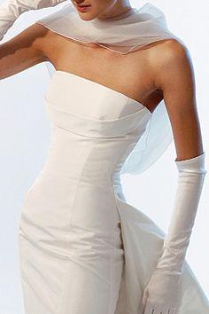 Pure elegance. Si algún día me volviera a casar, lo haría con tan bello y elegante como este vestivo ;)