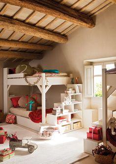 Todo muy práctico Las escaleras de las literas se transforman en estanterías para guardar libros y objetos. Las literas, la funda nórdica los cojines pintados a mano, y las escaleras son un diseño de Bona Nit. Cojines lisos, de Filocolore.