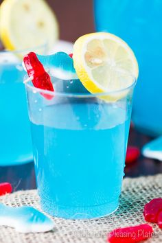 This Kool-Aid Popcorn is such a fun and tasty treat. Change up the colors for any occasion by simply using different flavors of Kool-Aid. Kool Aid, Punch Recipe Without Alcohol, Hawaiian Punch, Blue Hawaiian, Lemon Pudding Cake, Baby Shower Punch, Frozen Lemonade, Strawberry Lemonade, Pink Lemonade