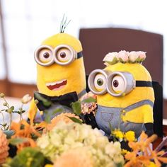 ⋆*❁ お花に囲まれて幸せそうな#ミニオン たち*⋆ฺ♡ 新郎新婦のおふたりが#お色直し で中座している間、 #高砂 の上で代わりに仲良くお留守番 . ちゃーんと、蝶ネクタイと花冠でおめかししています . わくわくした表情で会場を見つめるミニオンたちに 気づいたゲストは、思わず笑顔になったはず✨ . *⋆ฺ。 .  photo by @kobako1234 . #花嫁 #プレ花嫁  #挙式 #挙式レポ #ウエディングレポ #ウェルカムドール  #メインテーブル #高砂装飾 #高砂装花 #ウエディングアイテム #結婚準備 #結婚式  #結婚 #結婚式準備  #披露宴 #プロポーズ #婚約 #卒花 #卒花嫁 #marry #marryxoxo