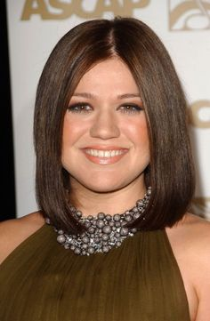 Kelly Clarkson at the 2007 ASCAP Awards. http://beautyeditor.ca/2015/10/01/what-haircut-will-suit-my-round-face