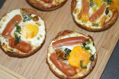 Bagte æg smager virkeligt godt og er et hit til madpakken fordi man undgår det der lidt blævredehårdkogte æg, og smagen er bedre på alle måder, hvis i spørger mig. De her små ægge tærter lavede jeg til en brunch i weekenden og gæsterne var vilde med dem, så vil også lige dele ops