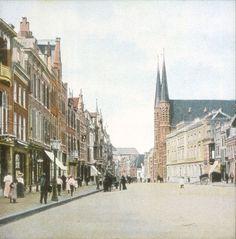 Molenstraat kort na 1900, met rechts de Sint-Ignatiuskerk en het Oud Burgeren Gasthuis.
