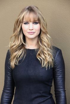 20 of the Best Jennifer Lawrence HairstylesRisultati immagini per jennifer lawrence red hairJennifer Lawrence is one of our biggest beauty crushes. Check out her fearless hairstyles, and killer beauty looks.Jennifer Lawrence just debuted a fringe - a Long Hair With Bangs, Haircuts With Bangs, Fringe With Long Hair, Bangs For Round Face, Full Bangs, Jennifer Lawrence Bangs, Long Fringe Hairstyles, Brown Blonde Hair, Grunge Hair