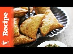Crisp light pastry samosa filled with spicy chunky potato green peas & a pinch of chilli. Indian Snacks, Indian Food Recipes, Ethnic Recipes, Vegetarian Recipes, Indian Foods, Cooking Recipes, Vegetarian Options, Iftar, How To Make Samosas