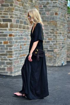Boho Street Style Inspiration: Loose Maxi Dress + Sandals Spring Look Looks Chic, Looks Style, Outfit Vestido Negro, Look Fashion, Womens Fashion, Fashion Trends, By Any Means Necessary, Look Boho, Mein Style