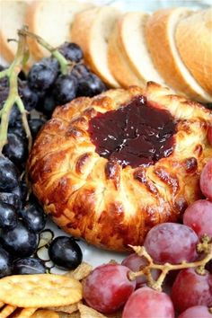 Baked Brie en Croûte---Yummy and easy baked brie recipe - definitely a crowd pleaser! Finger Food Appetizers, Yummy Appetizers, Appetizers For Party, Appetizer Recipes, Brie Appetizer, Milk Recipes, Cooking Recipes, Cooking Tips, Brie En Croute
