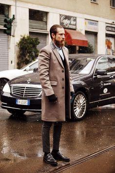 Un manteau avec col contrastant et des derbys doubles boucles calmees par une tenue monochrome simple, par Justin O'Shea