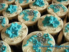 Beautiful cupcakes. Plus they have another one of my fave colours on them- grey! Double l-o-v-e :)