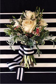 Bouquet de rosas en color pastel con lazo de rayas en negro y blanco