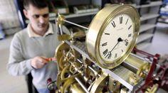 03/2014 - Photo AFP d'un employé Bodet en train de régler une ancienne horloge, utilisée pour illustrer un article en Italie. An Employee Of The Bodet Company Adjusts an old clock. Gettyimages  http://www.gettyimages.com/detail/news-photo/an-employee-of-the-bodet-company-adjusts-a-clock-on-march-news-photo/480795611 http://www.wired.it/attualita/ambiente/2014/03/29/ora-legale-2014/