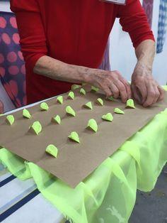 Workshop: Japanese Quartet Workshops, Jin Ze Art Centre, Shanghai – World Shibori Network Fabric Painting, Fabric Art, Fabric Design, Fabric Paint Shirt, Fabric Crafts, Shibori Techniques, Textiles Techniques, Impression Textile, Tie Dye Crafts