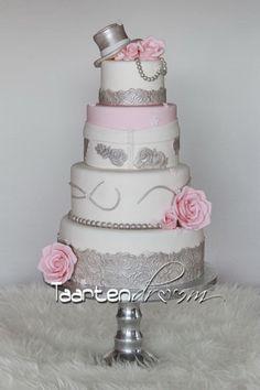 jurk van bruid en hoed van bruidegom verwerkt in de taart....